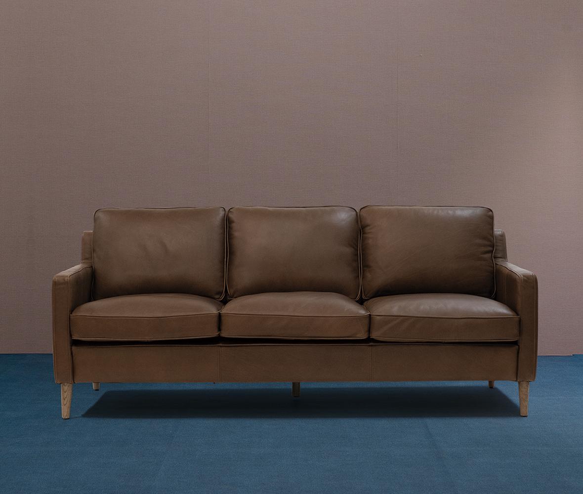 ベーシックすぎないシンプルビンテージスタイルの3人掛けソファ。