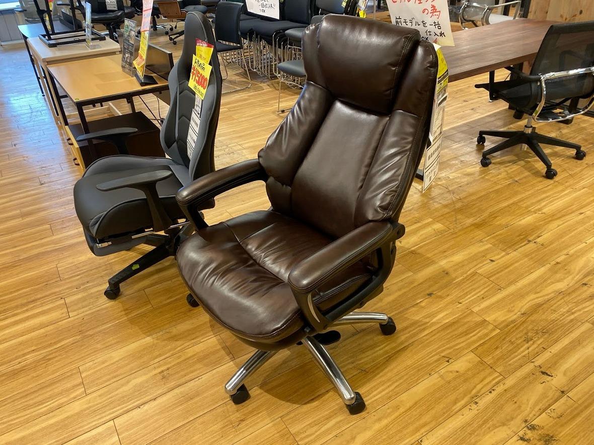 こちらの書斎椅子、世界的通称は「プレジデントチェア」…日本訳は「社長椅子」。腰まわりフィットの最高の座り心地で今スグ社長気分が味わえる!