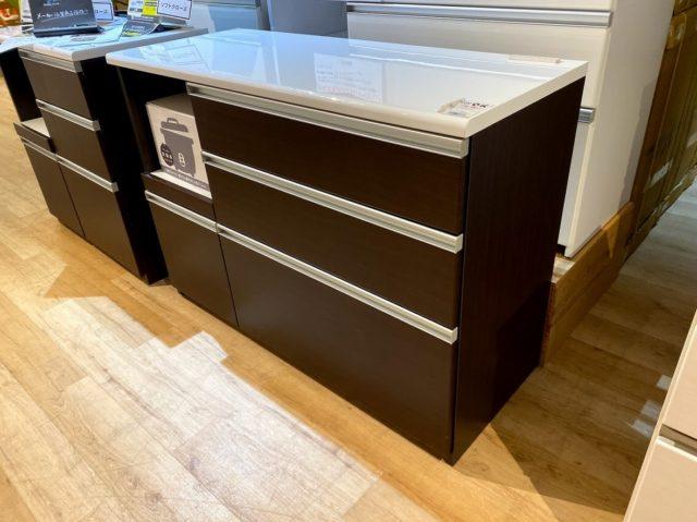 バイヤー談「本当に安いものしか仕入れません」。幅120cmのキッチンカウンター、引き出しに安全性の高いソフトクローズ機能、コンセント3口がついてこの価格!