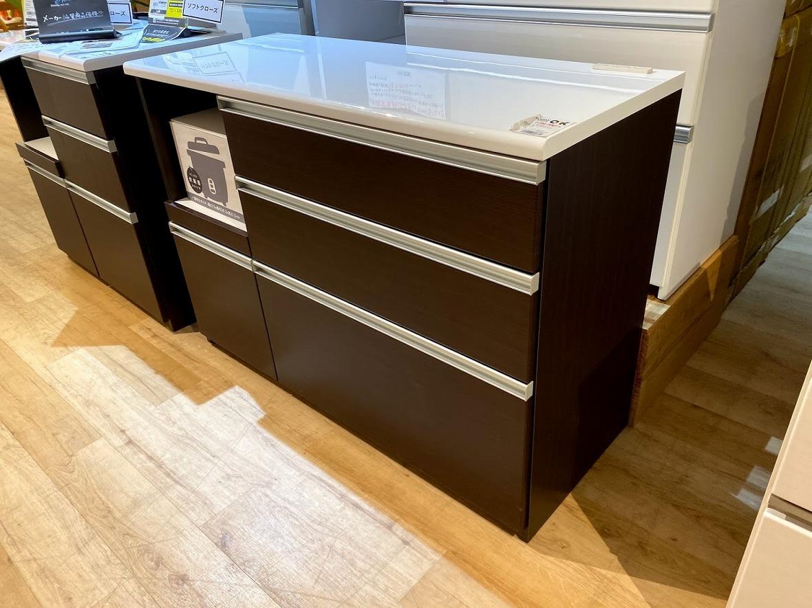 バイヤー談「本当に安いものしか仕入れません」。幅120cmのキッチンカウンター、引き出しに安全性の高いソフトクローズ機能がついてこの価格!