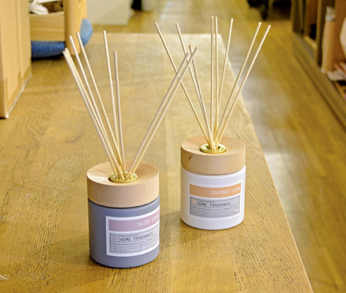 """インテリアの定番""""リードディフューザー""""が入荷しました!華やかな香りと甘い香りの2種類から選べます!"""