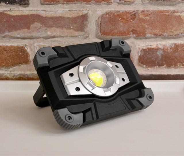 コンパクト軽量×ウォータープルーフのキャンプライト!ライトは3段階調節可能。充電式リチウム電池搭載でスマホのUSB充電ができる!単3電池も対応。