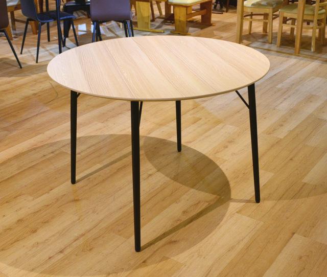 可愛らしい丸型の単品テーブル!お好きなチェアと組み合わせて自分だけのカフェ空間が作れちゃう!ブラックのスチール脚が細めなので、お部屋がすっきりとした印象に♪