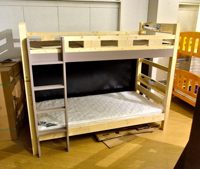 高耐久設計で丈夫!しっかりとした2段ベッド。オシャレなラテカラーがアクセントに!宮棚には2口コンセントと照明付きで便利!ハシゴを垂直に取り付ける省スペース設計で、お部屋のスペースにが気になる方にオススメ!