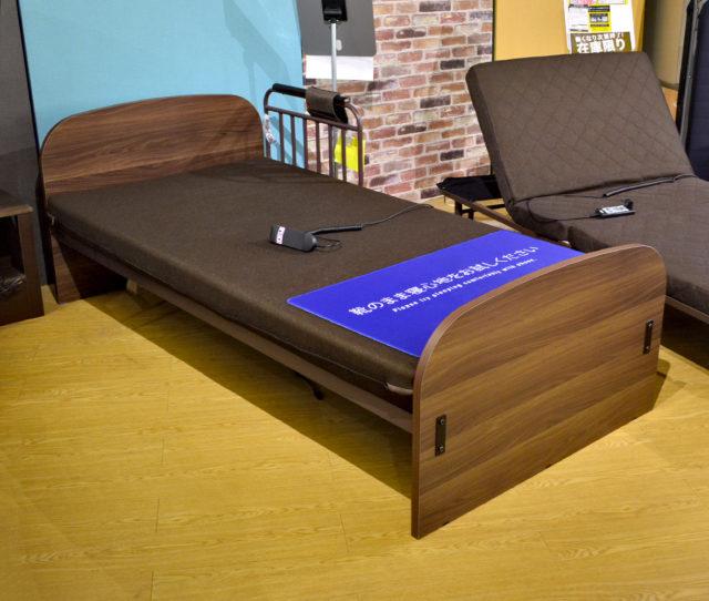 シンプルで場所を取らない電動ベッド。1モーター式でヘッド部分が上がります。サイドに柵が付いているので安心!