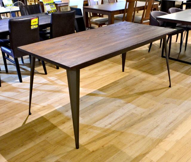 無垢材天板とブラックアイアン脚を組み合わせたヴィンテージスタイルのダイニングテーブル。高さは75cmと高めなので、ショップやショールームなどディスプレイテーブルとしてもおススメ!