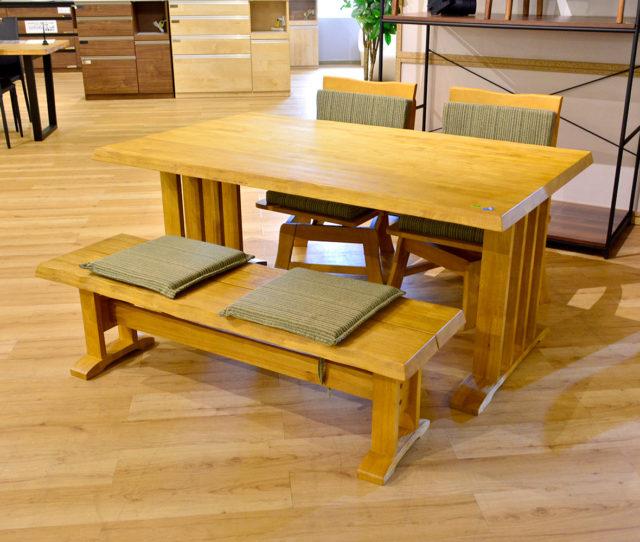 4人座っても広々とした幅150cmテーブルと肘付き回転チェア×2とベンチの和風モダンなダイニングセット!背もたれのないベンチは、立ち座りがしやすく便利!