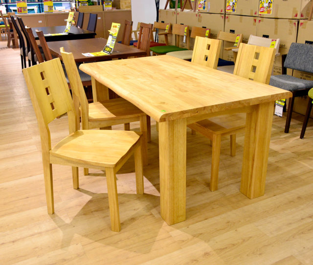 天然木オール無垢の存在感!使えば使うほど味が出てくるダイニングセット!天板の厚みは40mm厚もあるので頑丈です。テーブルの美しいなぐり加工・安定感のあるチェアがセットでこの価格!