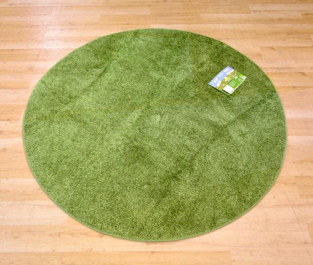 まるで芝生みたいなラグ!お部屋にいながら屋外にいるような雰囲気が味わえちゃう!ふっくらふわふわな仕上がりで癒され空間出来上がり♪裏面は滑り止め加工付きで形は四角と丸タイプがあります。