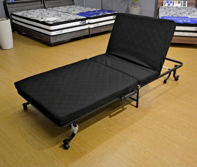 必要に応じて折りたたみができる収納式ベッド!頭部分はリクライニング可能!マットは程よい厚みで体を支えます。ストッパー付きキャスターが付いているので移動も楽々♪