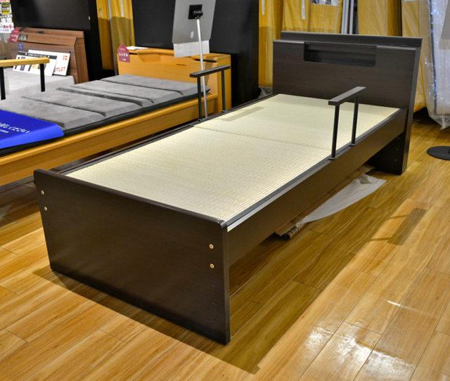 やっぱり畳がイイ!畳のベッドが入荷!和室での立ち座りがキツくなってきたという方におススメ。フレームはコンセント付きで高さ調節可能!サイドに手すりもついて立ち座りも安心です。
