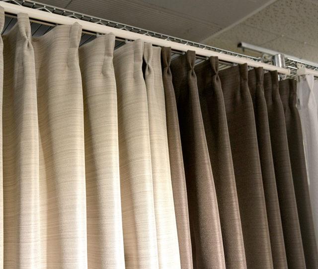 どんなお部屋にも合わせやすい遮光3級の既製カーテン!日中は室内への強い日差しを和らげ、夜は室内のプライバシーを守ります。美しいヒダが長く続く形状記憶加工を施しており、綺麗な形を保ちます。