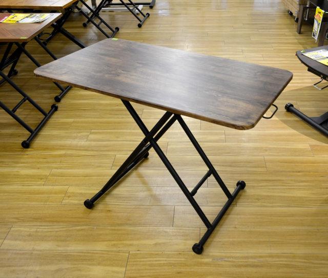 天板の横にある昇降レバーで女性でも簡単に高さ調整のできるリフティングテーブル。キャスター付きで移動もラクラク♪リビングテーブルとしてやデスク、作業台としてもいろんなシーンで活躍します!