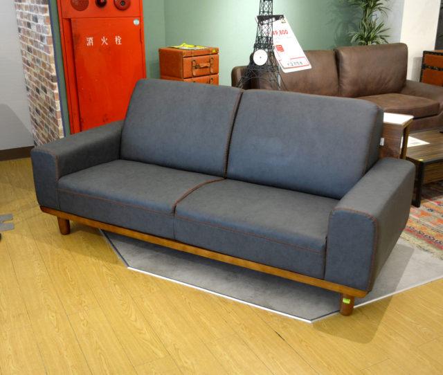 落ち着いたデザインで品のあるお部屋に◎木脚とオシャレなステッチがアクセントの3人掛けソファ!広い座面は硬めでしっかりとした座り心地。長時間でも疲れにくい。PVC素材の張地で汚れてもサッと拭き取りお手入れ簡単!