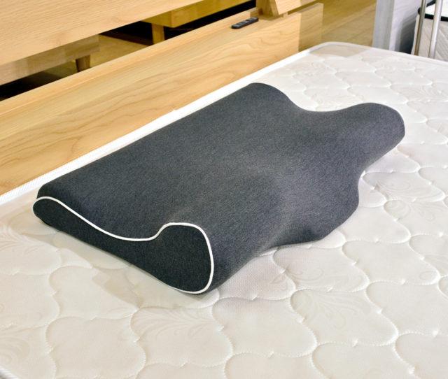 もっちりとしたホールド感と首元のカーブが頭や首にフィット!快眠をサポートしてくれる低反発まくら。外カバーは取り外して洗えるので衛生的!
