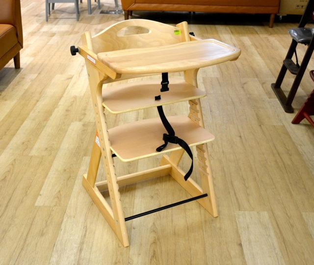 赤ちゃんの腰がすわるタイミングで使えるベビーチェア。テーブルが付いているので単独で食事のお世話に便利。テーブルは後ろに回したり取り外し可能!座面と足置き板の高さを成長に合わせて調節できます。