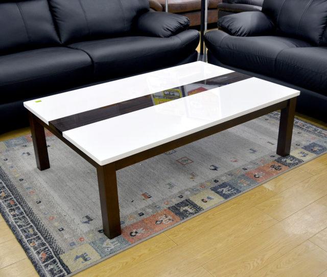 革や合皮ソファとの相性◎光沢のあるエナメル塗装仕上げで美しいホワイト天板のセンターテーブル!中央の木目がアクセントになって高級感を演出♪