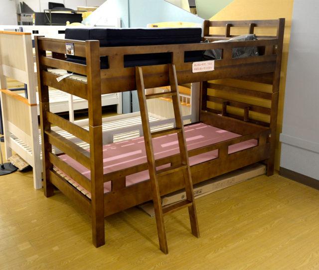 上下別々にして使用できる2段ベッド!子どもの成長に合わせてカスタマイズできます。棚付きで小物が置けるので民泊や学生寮などにもおススメ!