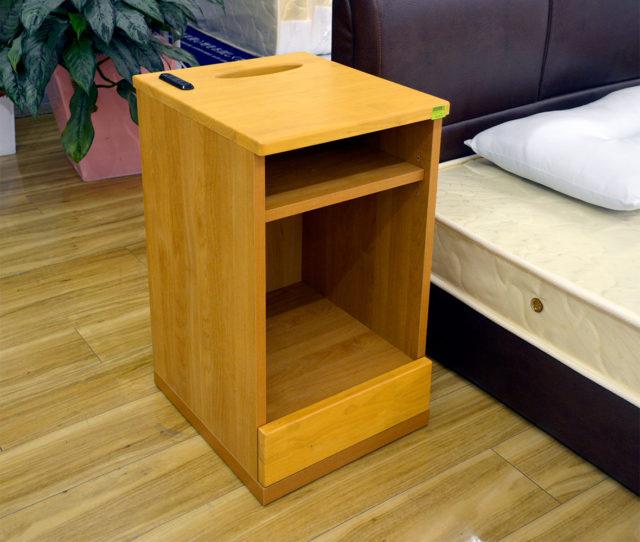 コンセント&引き出し付きで機能性抜群のナイトテーブル!棚は可動式タイプでティッシュケースを収納してスマートに使えたり、最下部の引き出しもあるのでベッド周りがスッキリキレイに!