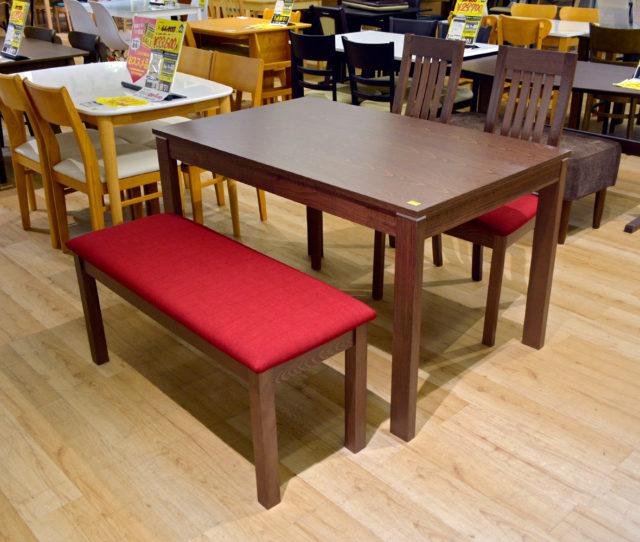 無垢材を使用した北欧テイストのテーブルとファブリック素材のベンチ+チェア2脚のダイニングセット!背もたれのないベンチは圧迫感がなく空間を広く見せられます。