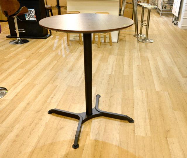 用途に合わせて高さ調節できる円形の昇降テーブル!レバーを握り、天板を上下にサポートするだけで簡単に高さの調節が可能。丸い形でオフィスでのちょっとした打ち合わせ、バーテーブルとしてもおススメ!