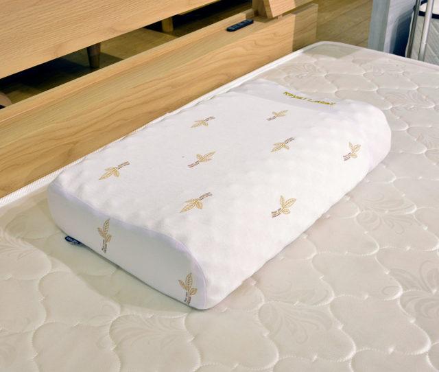 高反発でへたりにくいラテックス枕が大量入荷!凸凹のある表面で体圧分散しながら頭部を支えてくれます。箱入りなのでギフトとしてもGOOD!さらに枕カバーも付いておトク♪