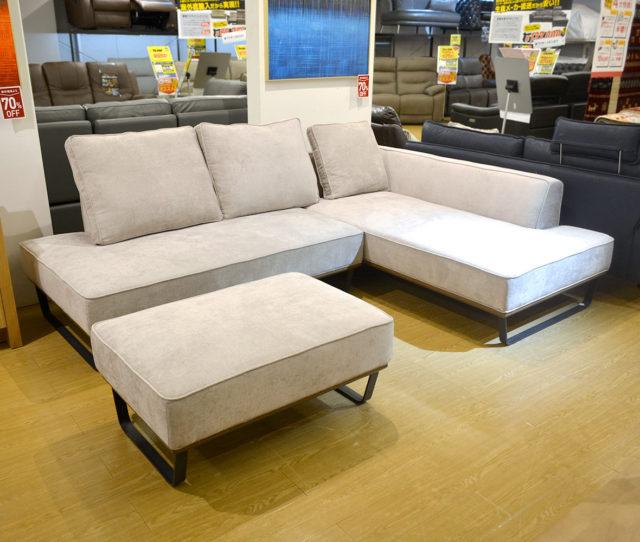 家族みんなでゆったり座れる大型カウチソファ!お部屋の形に合わせてソファの配置を自由に組み替えできます。ボリュームのあるクッション3個付!
