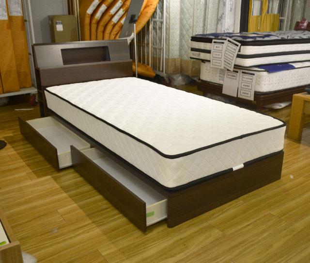 機能性重視ならこのベッド!ヘッド部分はライト&コンセントで使いやすく、サイドに収納棚が付いて小物や本など収納できます。さらにベッド下にも収納BOXがあるのでお部屋がすっきり整理できます。