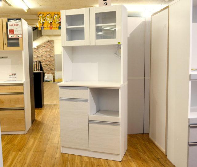 訳アリだから安い!コンパクトな食器棚がなんとこの価格!オープン部はコンセント付きで調理感電も◎引き出し収納力も◎2人暮らしで迷ったらコレ!