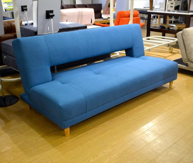 鮮やかなブルーでお部屋を明るくオシャレに演出♪ソファでもベッドでも使える来客時に便利な1台2役ソファベッド!シングルベッドよりも少し幅広でクッション性もあり寝心地もGOOD!