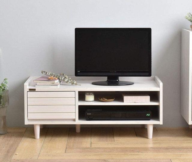 コンパクトサイズでありながら、DVDやCDをたっぷり収納できる引出し収納と棚板高さを調節できるオープン収納で使い勝手の良いシンプルで使いやすいTVボード。側板と背板が天板より高いデザインで小物などが落下しにくい!