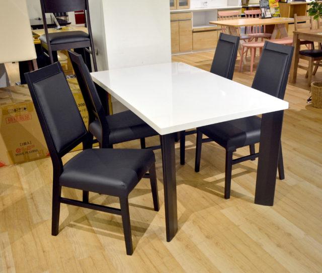ツートンカラーがオシャレな食卓セット!スッキリとしたデザインなのでモノトーンインテリアに◎イスは背もたれが高く背中全体をしっかりと支えます。また軽いので持ち運びやお掃除がラク!