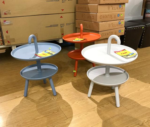 オシャレで可愛い北欧風サイドテーブル!傘の柄のような取っ手が付いているので、お掃除の時やちょっとした移動など持ち運びしやすくて便利♪リビング、ベッドルーム、玄関などいろんな場所で使えます。ポリプロピレン製なので、お手入れ簡単!