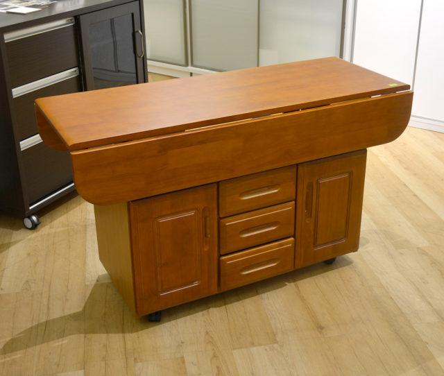 キッチンカウンター×テーブル×収納で使い方イロイロ!前後の天板が折りたためたり広げたりしてカウンターやテーブルに変形できます。キャスター付きで移動もラクラク♪間仕切りとしても◎