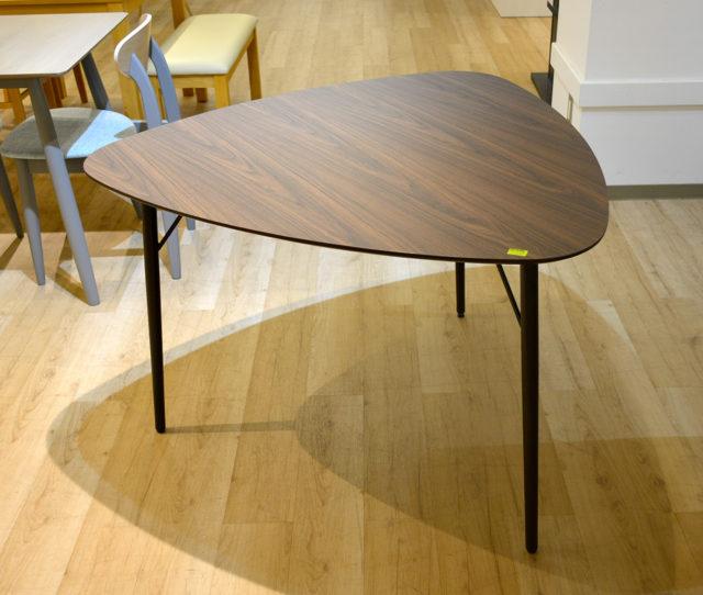 スッキリとした三角フォルムのダイニングテーブル!天板の木目と細身のブラック脚がオシャレ!カフェ風インテリアに◎3人で向かい合って使ったり、片面を壁付けで2人で使ったりと使い方イロイロ!