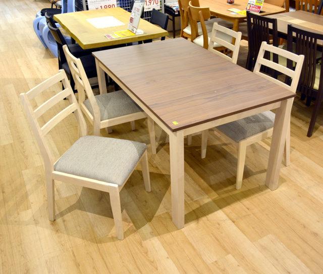 優しい雰囲気で北欧風の可愛らしいダイニングセット。135cmのテーブルは2~4人用なので、2人暮らしや小さなお子さんがいるおウチにピッタリ!ファブリック座面のチェアで座り心地も◎