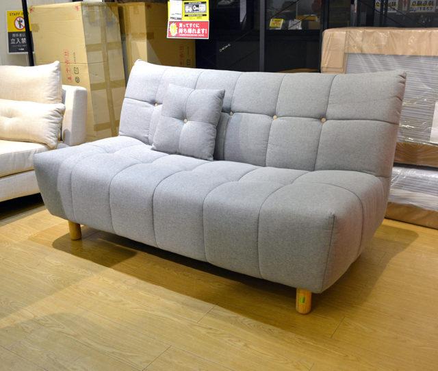 しぼりが可愛いデザイン性のある2人掛けソファ!座面は硬めでしっかりとしているので長時間座っていてもラク!嬉しいミニクッション付き!