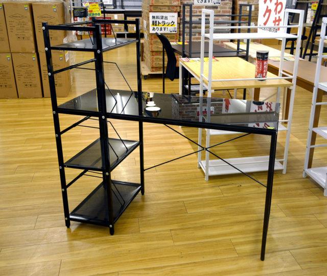コレって本当にこの価格!?ガラス天板がスタイリッシュでオシャレな棚付きデスク!しっかりした8mm厚強化ガラスで水拭きによるお手入れで汚れもすっきり。棚付きで書籍や資料、備品などもスッキリ。さらに可動できる仕切りが便利!