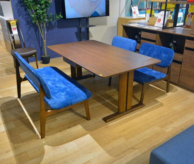 チェア&ベンチの座面の広さが特徴的なロータイプのダイニングセット!テーブルの高さは65cmと低めの設計でお部屋に圧迫感を与えません。テーブルには引き出しが1杯付いて便利!