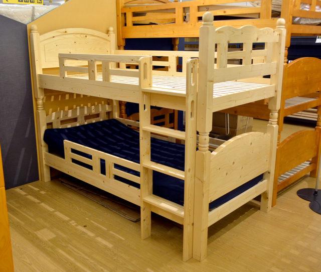 木のぬくもりを感じるナチュラル感のある2段ベッド。はしごを垂直に取り付ける省スペース設計で、お部屋のスペースにが気になる方にオススメ!将来的に上下を分割してシングルベッド2台分として使えます。