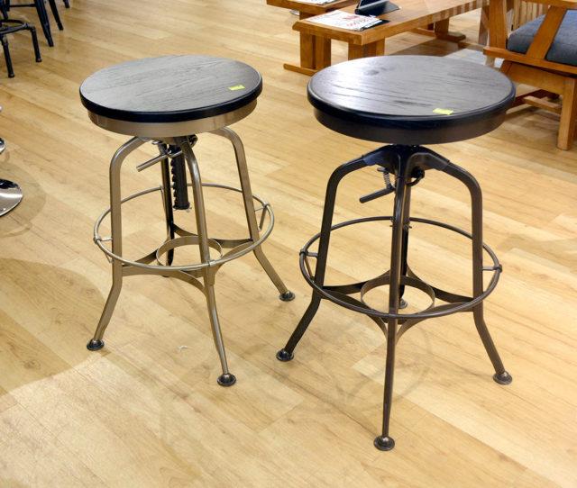 スチール脚×古木風座面がカッコイイ!昇降式回転チェア。脚元を押さえて座面を上に引き上げると高く、座面下のレバーを引くと低くなります。重厚感のあるデザインなので男前インテリアに◎