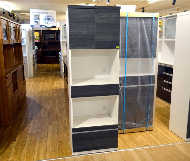 キッチンでは珍しいダークグレーウッド調のオープンボード!オープン部やスライド棚は幅55cmで大きめのオープンレンジや調理家電が置けて便利!引き出しはフルオープンレールで奥のものが取り出しやすい!
