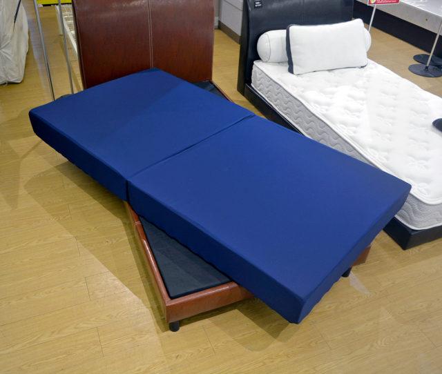 なんと厚みが18cm!ベッドでも床に置いても使えるボリュームのあるリバーシブルマットレス!低反発と高反発の両面使用でお好みの硬さを使い分けられる!使わない時は2つに折りたためて収納できます。また圧縮梱包されているので買ったその日で持ち帰ってすぐに使えます!