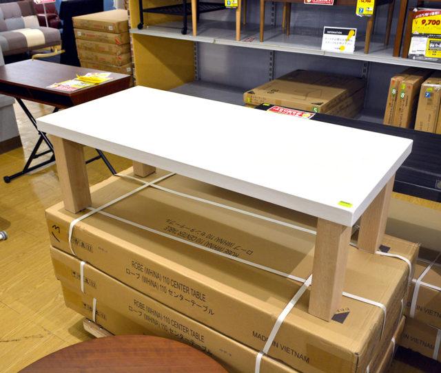 シンプルなセンターテーブルでお部屋をスッキリとした印象に。天板はUV塗装でピカピカツルツル!傷がつきにくく汚れてもサッと拭き取ってお手入れ簡単!