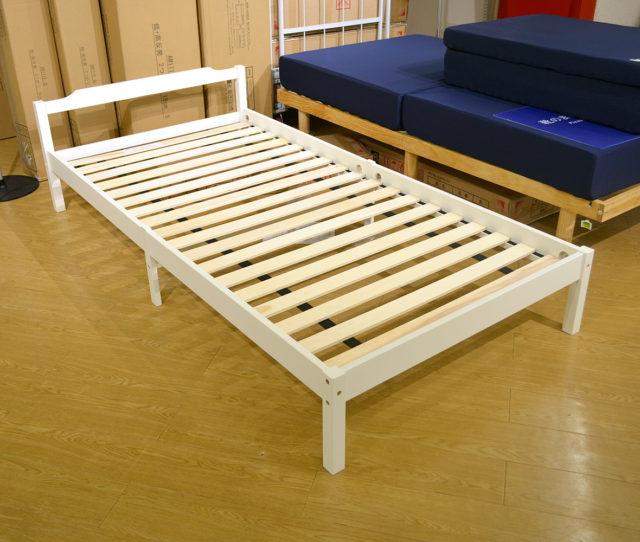 シンプルデザインで清潔感のあるホワイトフレームベッド。すのこタイプなので通気性◎また高さは低めなのでお部屋を広く見せてくれます。