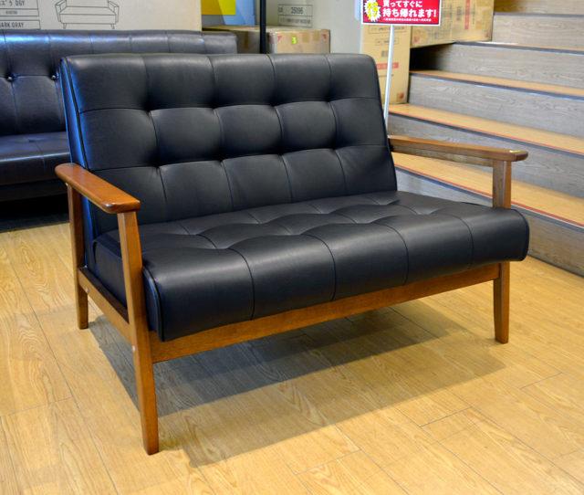 お部屋に置きやすいコンパクトなソファで一人暮らしの方におすすめ!ブラック座面と木肘フレームがお部屋をカフェのようなオシャレな空間に演出♪