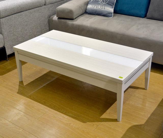 天板中央に強化ガラスの入ったスタイリッシュなデザインのセンターテーブル。サイドに引き出しが付いているのでリビングで散らかりがちな小物をサッと収納できます。