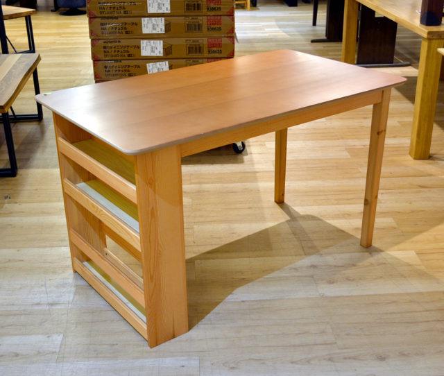 テーブルの横に調味料や小物が置ける3段の収納棚が付いた、収納付きダイニングテーブル!下段は高さがあるので新聞や雑誌やなども立てかけられるので便利♪