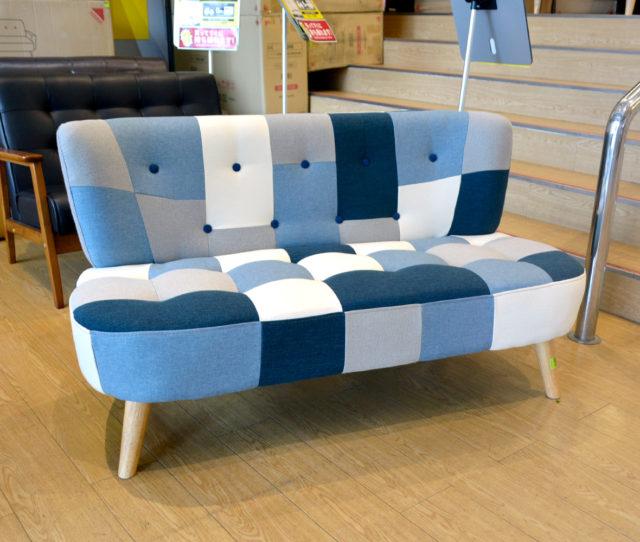 ブルーのパッチワーク柄が可愛いコンパクトソファ!丸みのあるデザインと背もたれのボタン留めがポイント♪ご自宅用としてはもちろんショップなどの待合室や休憩用ソファとしても◎