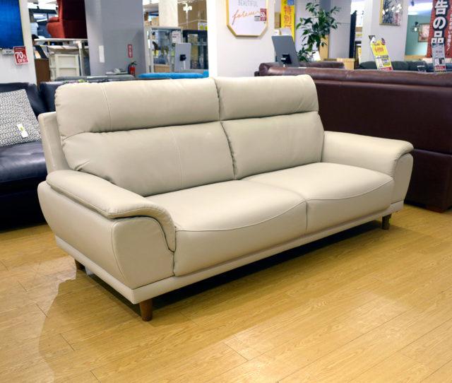 コレはお得!人気色アイボリーの本革3人掛けソファが再入荷!高級感のあるデザインでお部屋がスタイリッシュに♪ボリュームのある背もたれで座り心地も◎